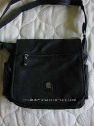 Черная женская сумка с карманами и длинной ручкой