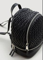 Фактурный стильный черный мини  рюкзачок на молнии Mango Испания