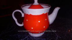 Красивый красный чайник в горох с золотистыми вставками.