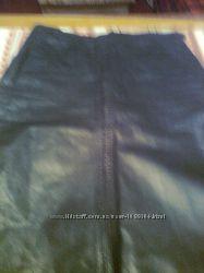 Красивая черная кожанная юбка с карманами, сзади -шлица на кнопках
