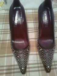 Красивые кожаные туфли с металлическими украшениями. Италия